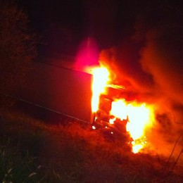 Incendio a S. Zenone, brucia un tir
