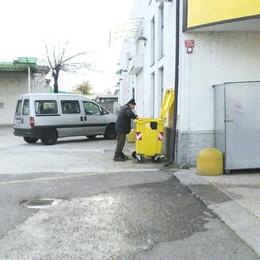 S. Giuliano, cercano cibo tra i rifiuti