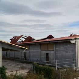 Tromba d'aria spazza via tetto e pannelli solari in un'azienda agricola