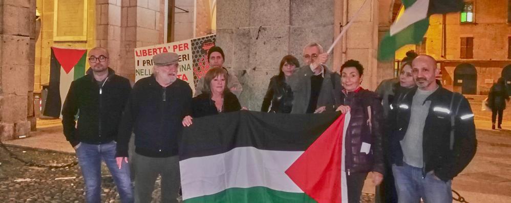 Bandiere e volantini contro la mostra sulla Brigata ebraica