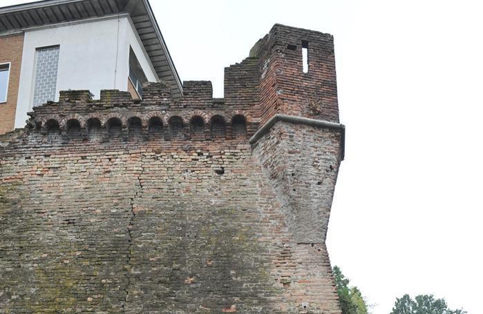 Le antiche mura del colle Eghezzone