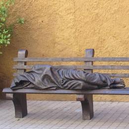Il dono di Fisichella a Codogno: «Il Gesù sulla panchina simbolo di Misericordia»