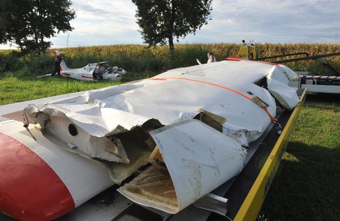Le ali dell'ultraleggero sono state tagliate dai vigili del fuoco per consentire la loro rimozione