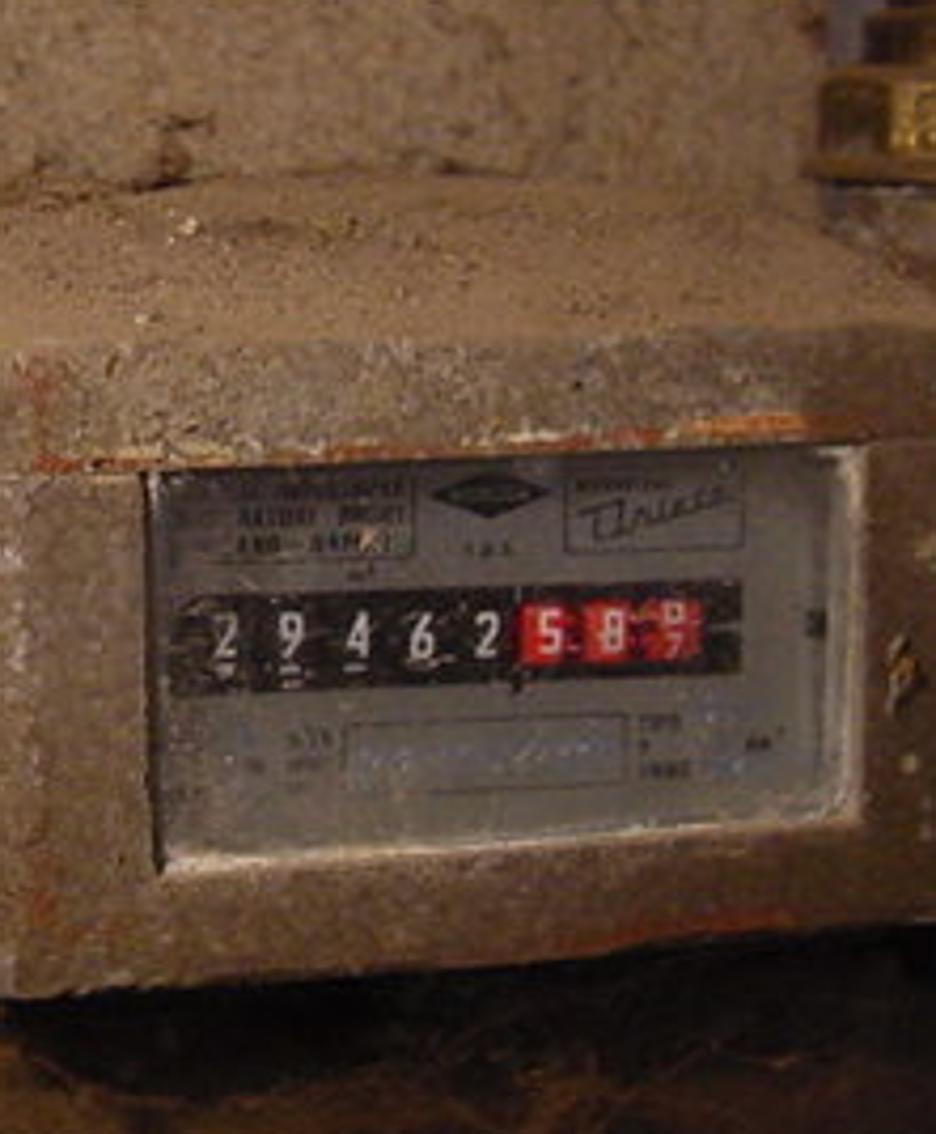 Un contatore del gas di vecchia generazione(archivio)