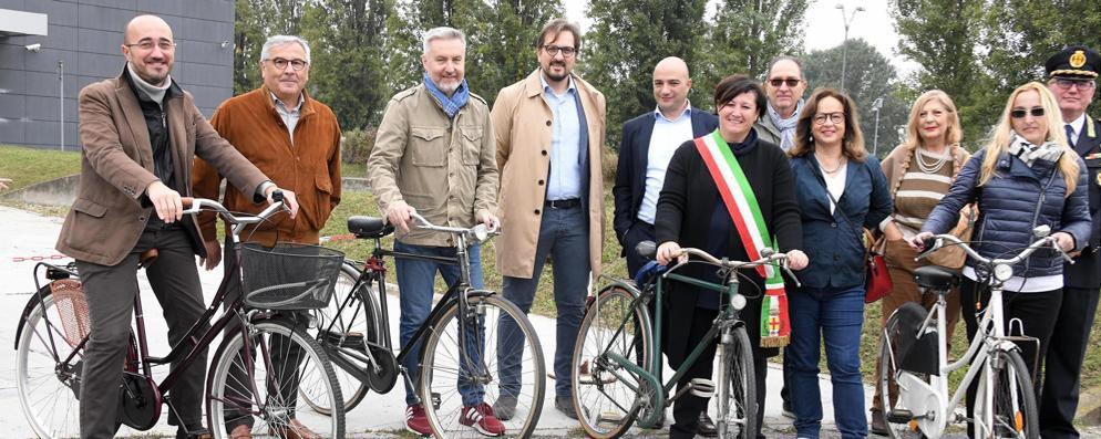 Lodi, il sindaco in bicicletta al taglio del nastro della ciclabile per l'università