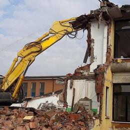 È iniziata la demolizione: addio alla scuola di Riozzo
