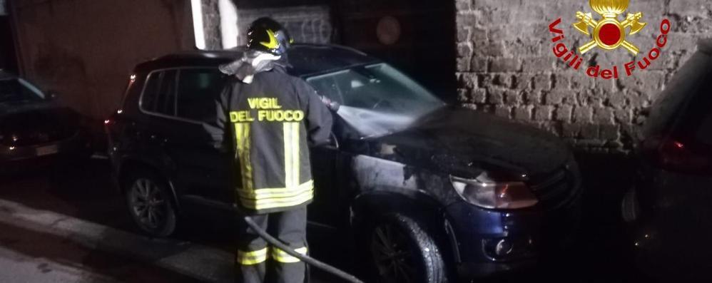 """Auto a fuoco in città bassa, fra le ipotesi anche quella del """"dolo"""""""