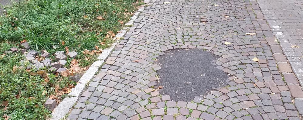 Addio bolognini, a Lodi si sistema la pavimentazione con il catrame