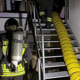 Fumo dal mobilificio, scatta l'allarme: a Salerano arrivano i vigili del fuoco