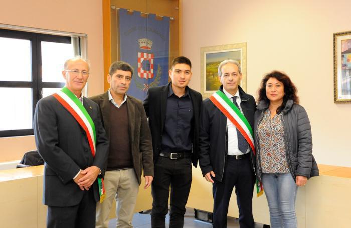 Angel, al centro, con i genitori, il sindaco Marco Vighi, il consigliere Bruno Cherubino Alleva di Sordio e i genitoriSeresini