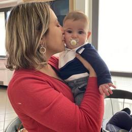 Massalengo, il piccolo Lorenzo fra carte, riunioni e timbri: al lavoro con la mamma