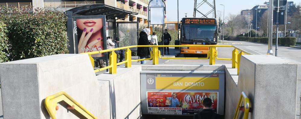 Blocca il metrò e aggredisce gli agenti