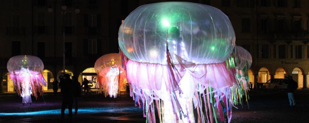 Meduse danzanti in piazza a Lodi: il centro si tinge di mille colori