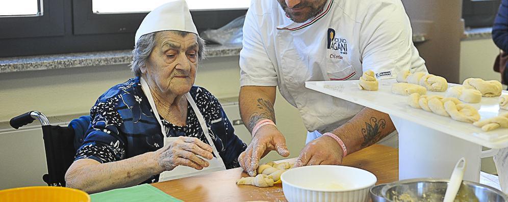 Fare il pane: lavoro e ricordi diventano terapia per gli anziani