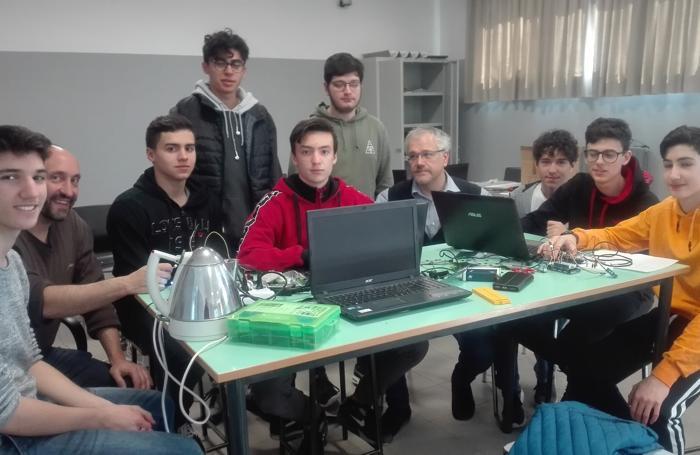 Studenti e insegnanti preparano hardware e software per rilevare umidità, ossigeno e anidride carbonica nella serra