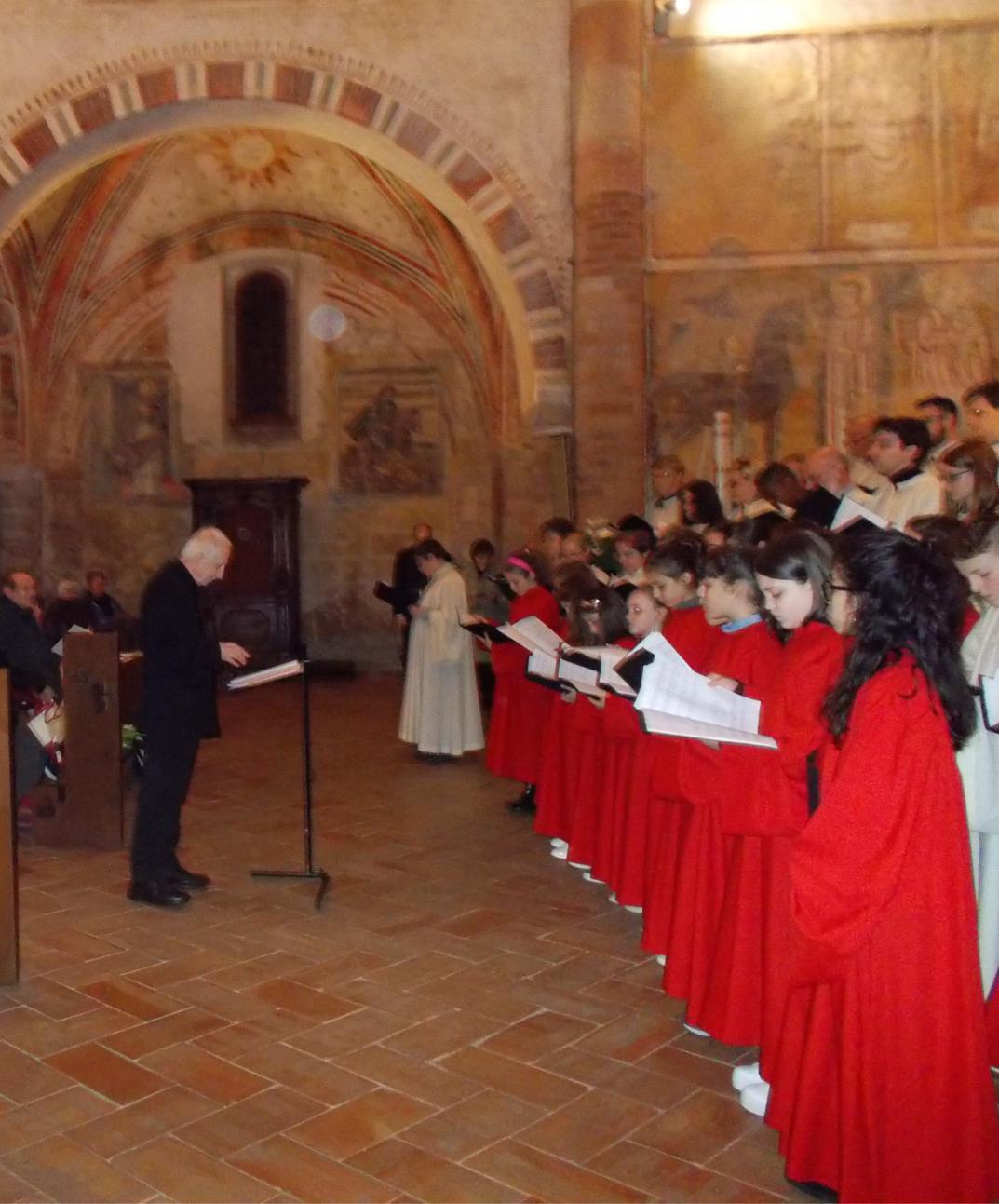 Don Piero Panzetti dirige il coro