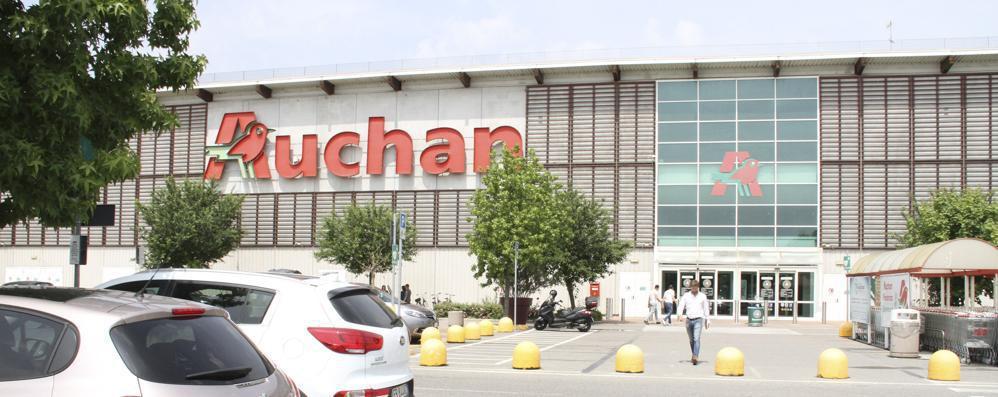 I lavoratori dell'Auchan di San Rocco in sciopero dopo il passaggio a Conad