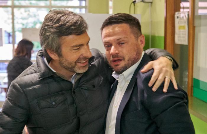 Tavazzano, il nuovo sindaco mentre, commosso, entra ai seggi accompagnato da Pietro Foroni