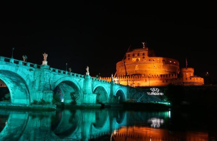 Il Ponte Sant'Angelo illuminato (foto Figc)