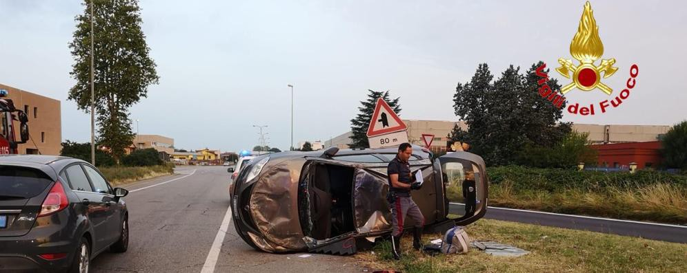 Auto si ribalta al casello A1, due persone ferite