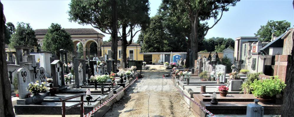 Funerali fra ruspe e lavori, il cimitero è un cantiere