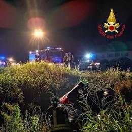 Finisce fuori strada e si ribalta, incidente a Secugnago nella notte