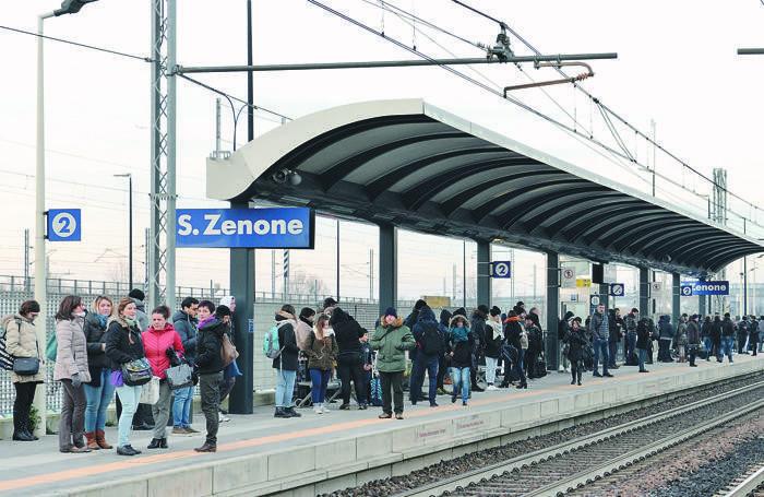 Pendolari in attesa del treno a San Zenone al Lambro