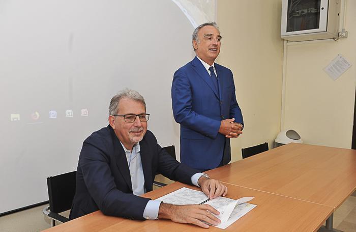 Il prefetto (in piedi) e Yuri Coppi