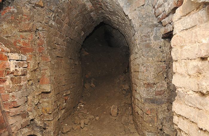 Uno dei cunicoli è chiuso da un crollo, ma si può procedere lungo il corridoio principale