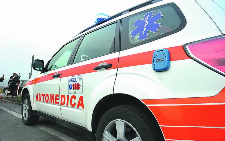 Incidente  a Santo Stefano: si schianta contro il palo e finisce sulla rotatoria