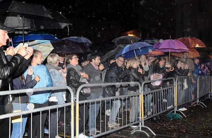 In piazza della Vittoria la pioggia non ferma i fan di Stef Burns