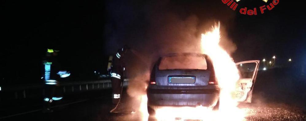 Fiamme sulla Mantovana, auto si ferma a Ospedaletto e va a fuoco