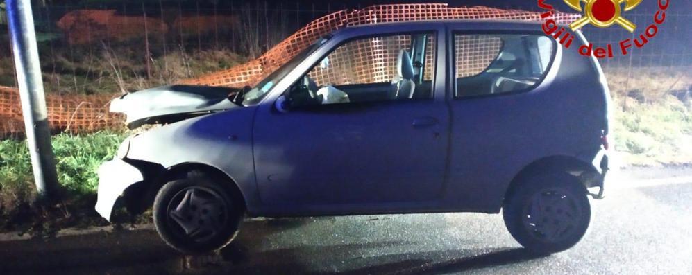 Auto contro un palo, feriti una 26enne e un 14enne
