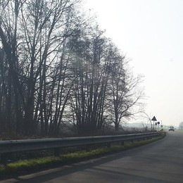Chilometri di asfalto senza righe nei giorni più nebbiosi dell'anno