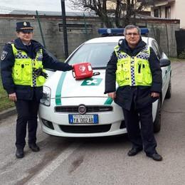 Carpiano, arrivano i defibrillatori sulle auto della polizia locale