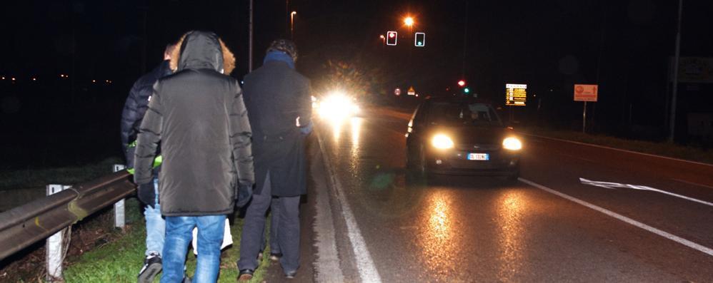Al buio con le torce sulla Paullese: l'odissea dei pendolari dei bus