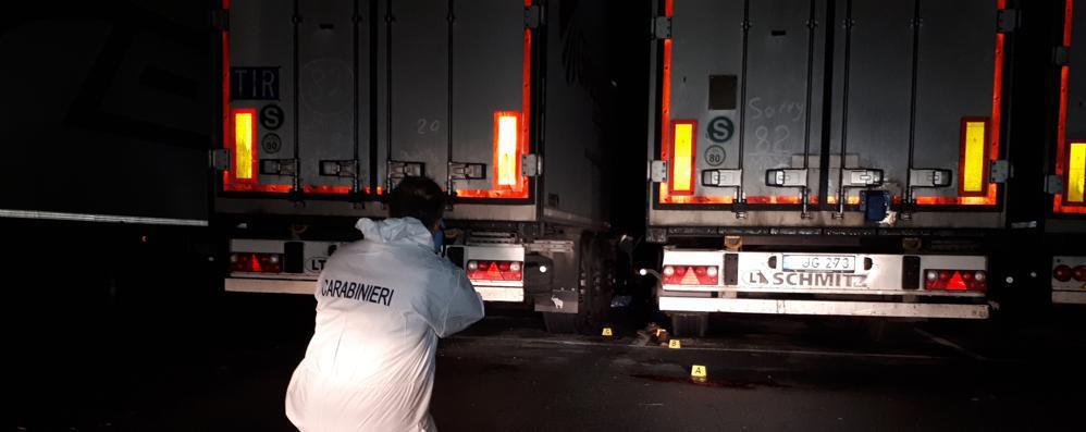Lite sulla via Emilia, camionista in fin di vita. Un collega interrogato in caserma