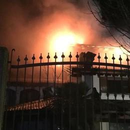 Brucia il tetto di una palazzina, notte di paura a Comazzo