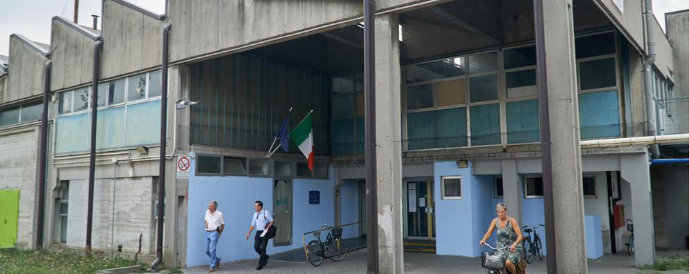 Picchia il fidanzato della figlia di 14 anni,  i carabinieri e un'ambulanza a scuola