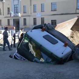 Un boato improvviso e il camion sprofonda in piazza della Vittoria a San Giuliano VIDEO