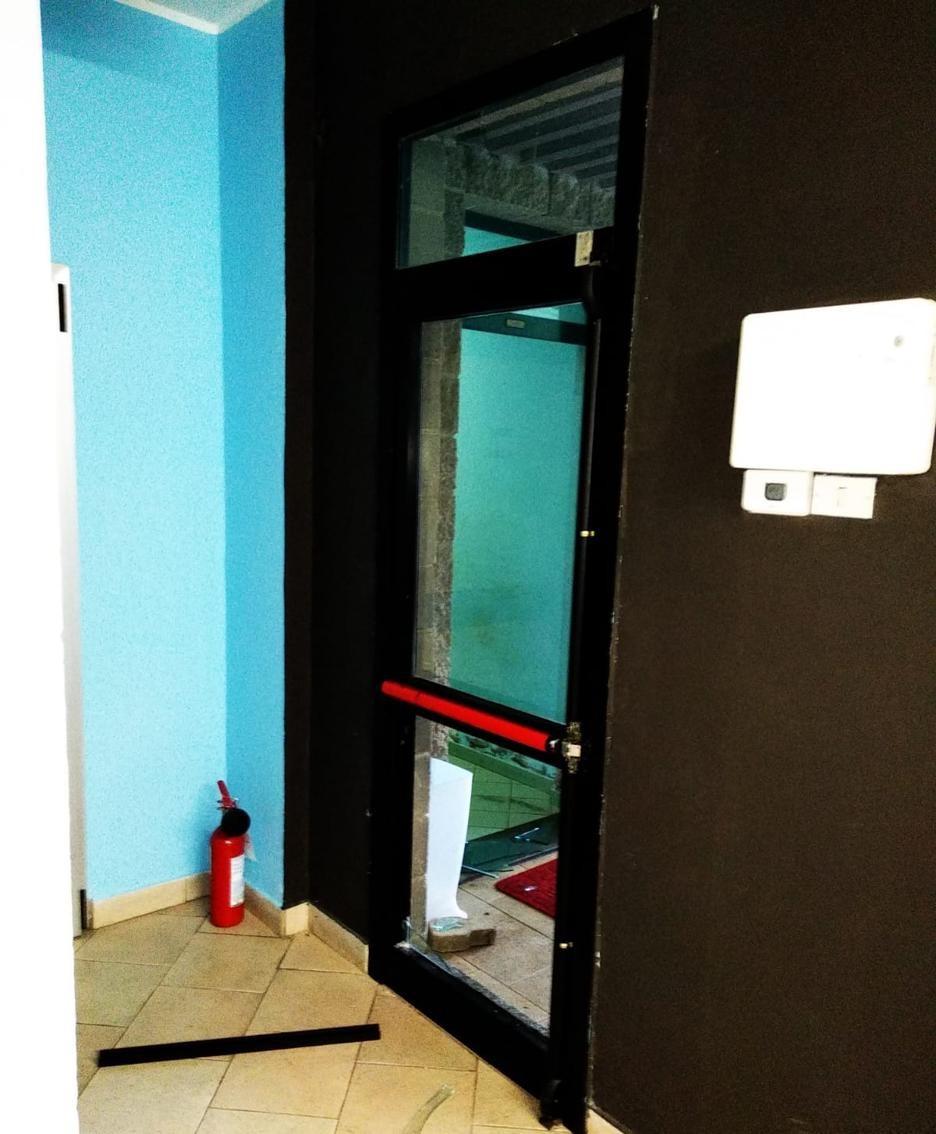 La porta di emergenza scassinata
