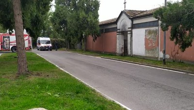 I sanitari che hanno soccorso Luciana Mascia lasciano la zona adiacente al cimitero di San Bernardo