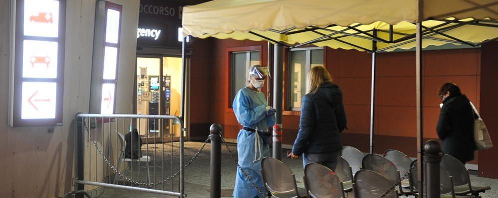 Lodi, ore all'addiaccio fuori dal pronto soccorso per avere notizie dei parenti malati