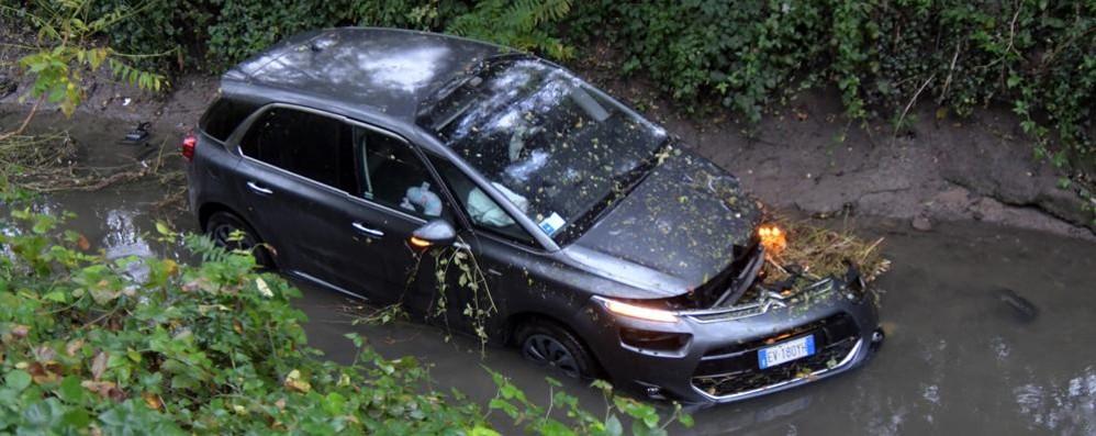 """Tradito dalla """"scorciatoia"""" San Giuliano - Melegnano piomba con l'auto nella roggia"""