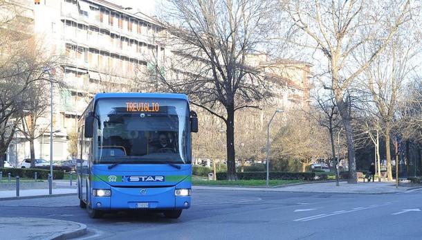 LODI Ragazzi senza mascherina litigano con l'autista, passeggeri in fuga dal bus
