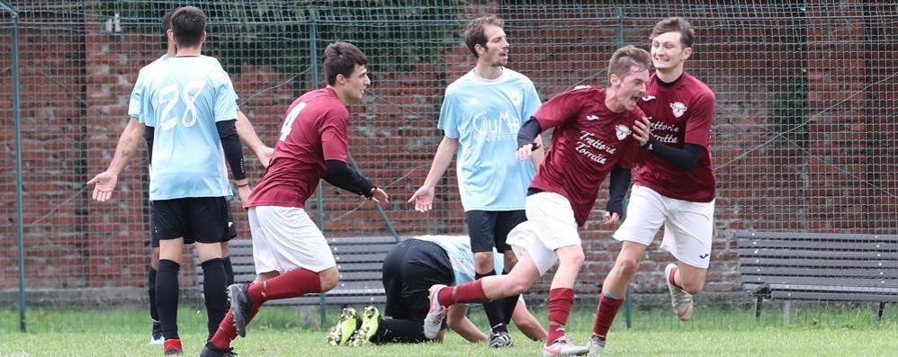 Calcio, il Tribiano sfrutta lo spezzatino Covid e balza in vetta