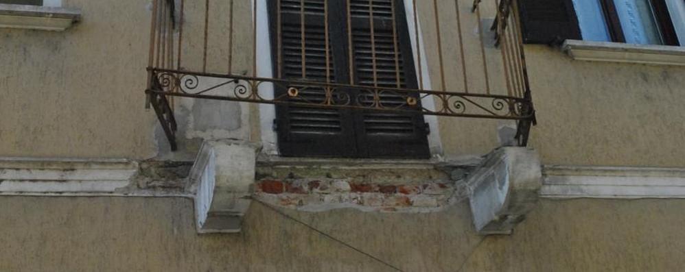 Brembio, tir ignora i divieti di transito e abbatte un balcone