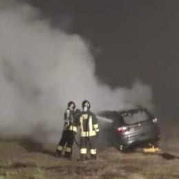 Auto in fiamme sulla provinciale 235