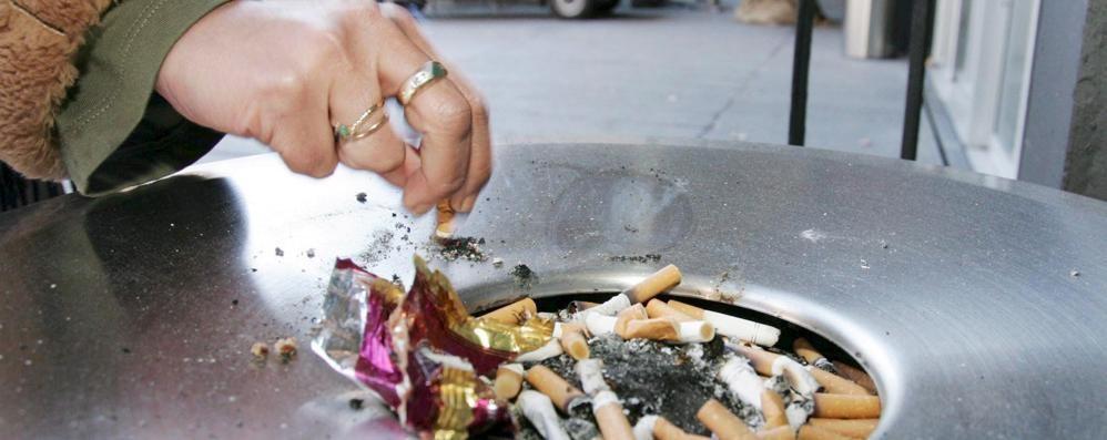 Divieto di fumo all'aperto: «Facciamolo anche a Lodi»