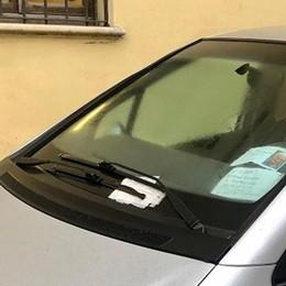 FOMBIO Muore solo in ospedale a Piacenza, nel parcheggio l'auto è piena di multe